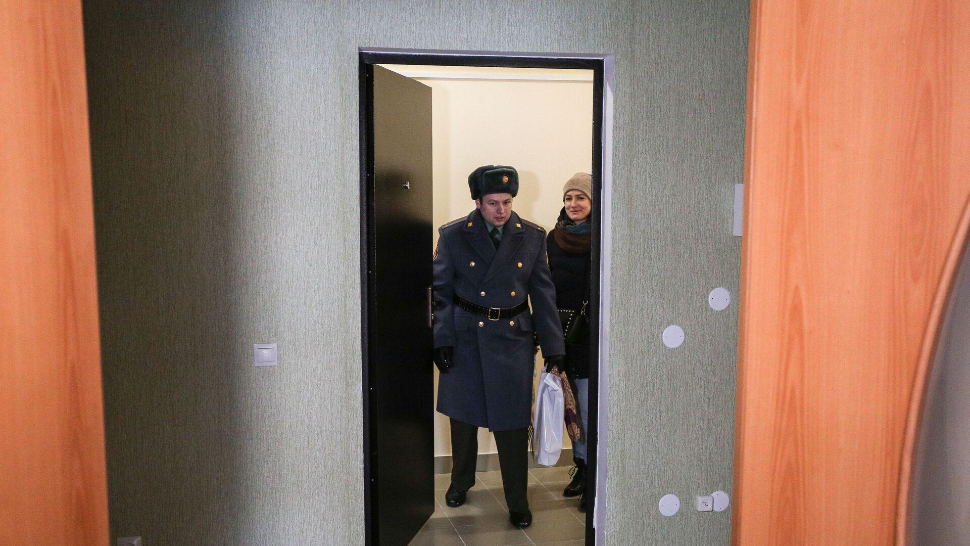 Новоселы заходят в новую квартиру - РИА Новости, 1920, 17.03.2021