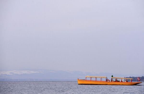 Прогулочный катер в акватории озера Леман в Швейцарии