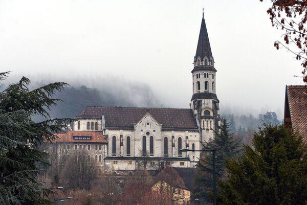 Вид на церковь Святого Франциска в городе Анси