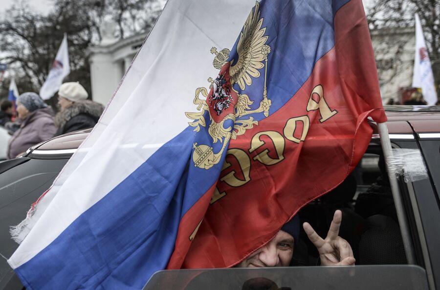 Участник митинга, посвященного решению Крымского парламента и Городского совета Севастополя о вхождении в состав России, на площади Нахимова в Севастополе.