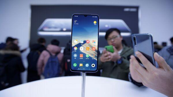 Телефон Xiaomi Mi 9 на презентации в Пекине
