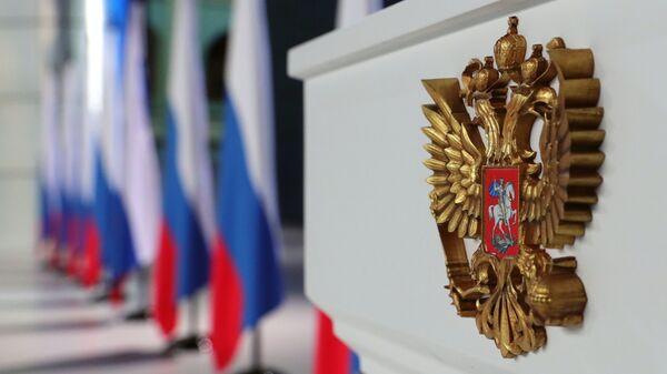 Герб РФ на трибуне в Гостином дворе