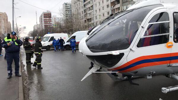 Вертолет Московского авиационного центра на месте ДТП на улице Твардовского 25 в Москве. 20 февраля 2019