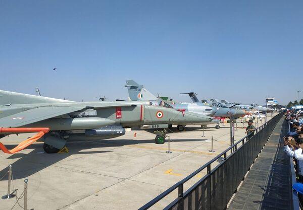 Самолет МиГ 27 на выставке Aero India в Бангалоре
