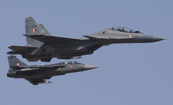 Истребители ВВС Индии Сухой Су-30МКИ во время показательных выступлений на выставке Aero India в Бангалоре