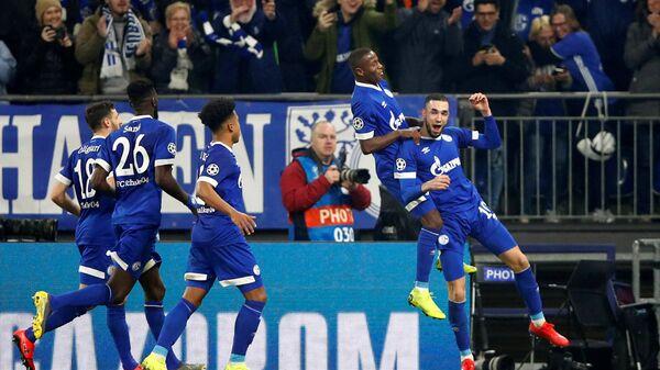 Футболисты Шальке празднуют гол в ворота Манчестер Сити