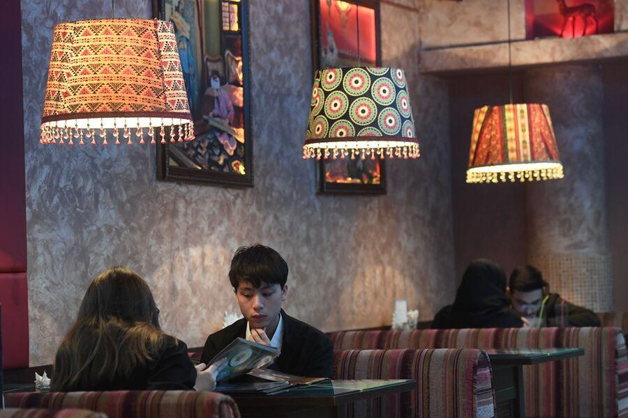 Посетители кафе арабской кухни