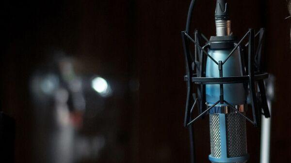 Микрофон в студии радиостанции
