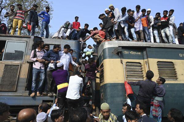 Верующие садятся на поезд, чтобы присоединиться к Ахери Мунаджату, или последним молитвам, на берегах реки Тураг в Бисва Ийтема