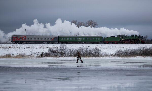 Поезд проезжает город Осташков в Тверской области