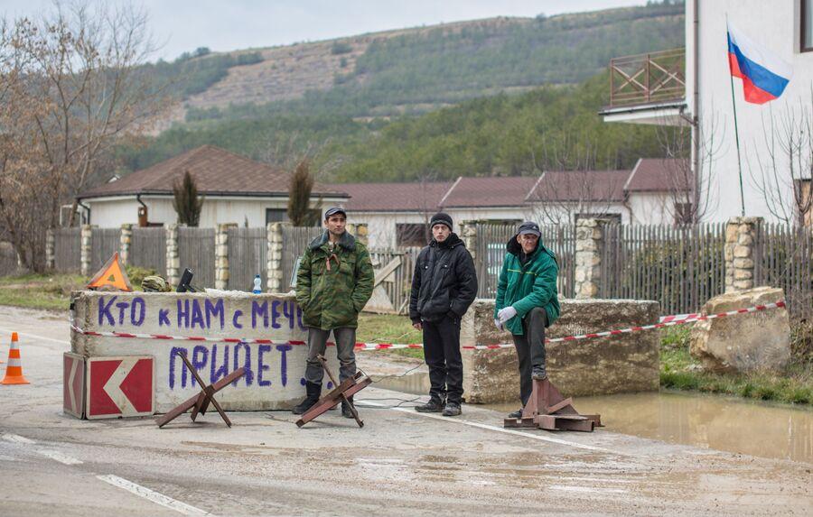 Члены отряда самообороны Крыма на блокпосте на дороге Симферополь - Севастополь
