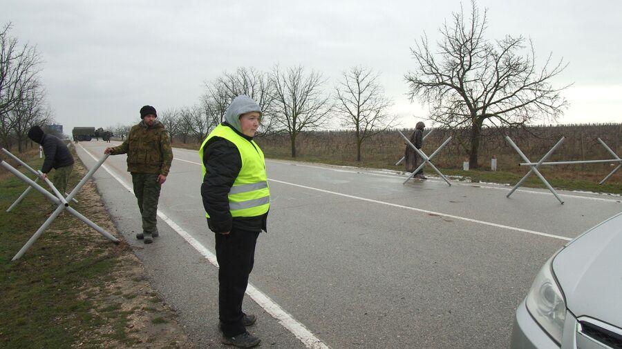 Отряд самообороны на блокпосту у аэропорта Бельбек рядом с Севастополем
