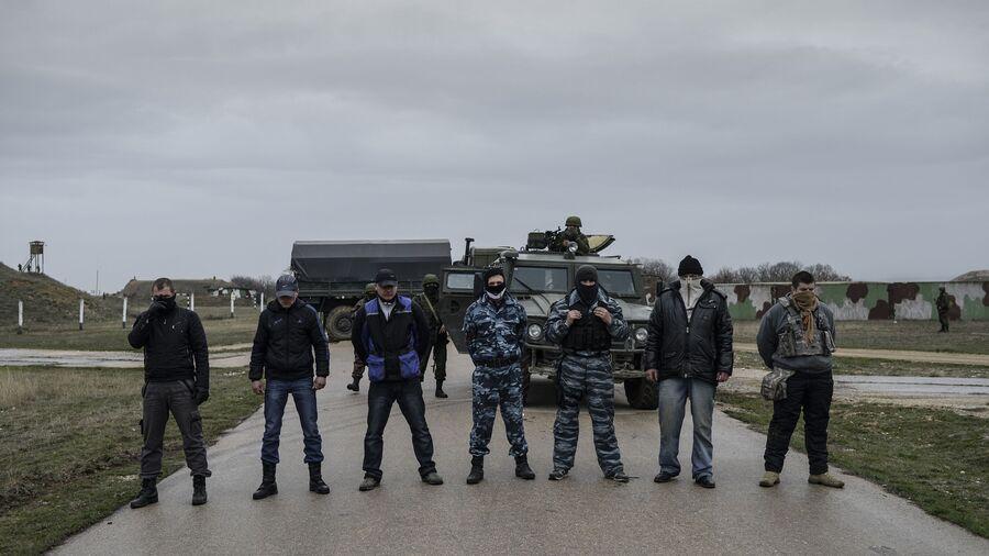Представители самообороны Севастополя во время переговоров с украинскими военнослужащими на территории военного аэродрома Бельбек