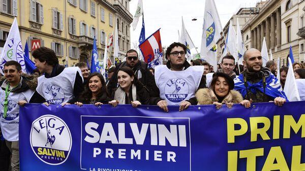Сторонники итальянской крайне-правой партии Лига севера на демонстрации в Милане во время предвыборной гонки за место премьер-министра