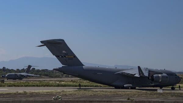 Американские военно-транспортные самолеты C-17 Globemaster III в колумбийской Кукуте на границе с Венесуэлой