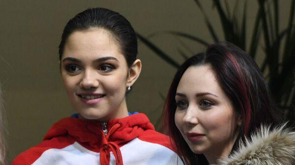 Евгения Медведева и Елизавета Туктамышева (в центре слева направо)