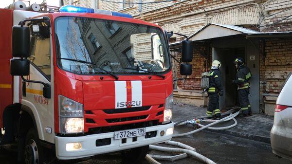 Сотрудники противопожарной службы МЧС РФ ликвидируют последствия пожара в здании консерватории имени П. И. Чайковского в Москве