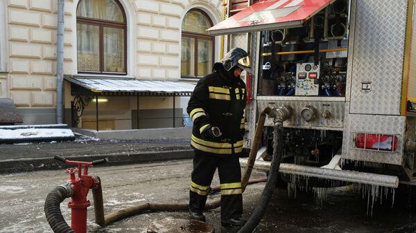 Сотрудник противопожарной службы МЧС РФ ликвидирует последствия пожара в здании консерватории имени П. И. Чайковского в Москве