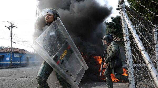 Столкновения венесуэльских полицейских и сторонников оппозиции на границе Венесуэлы и Колумбии