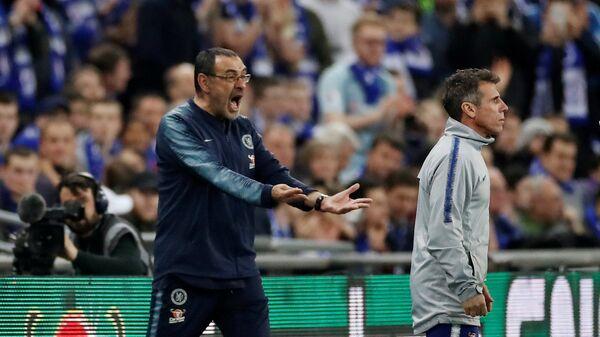 Главный тренер Челси Маурицио Сарри (слева)