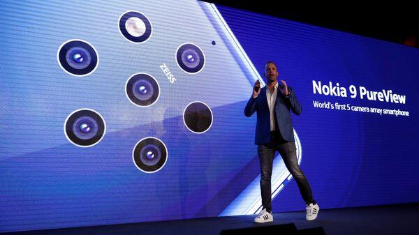 Директор по продуктам HMD Global Юхо Сарвикас представляет смартфон Nokia 9 PureView. 24 февраля 2019