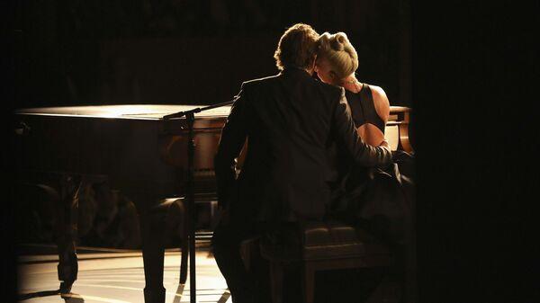 Леди Гага и Брэдли Купер исполняют песню Shallow к фильму Звезда родилась на церемонии вручения наград премии Оскар-2019