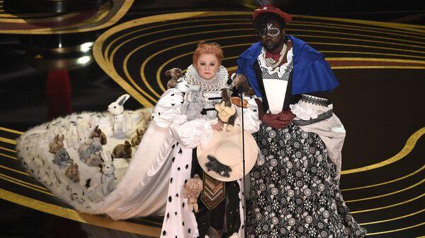 Мелисса Маккарти и Брайан Тайри Генри, победившие в номинации Лучший дизайн костюмов, на церемонии вручения наград премии Оскар-2019