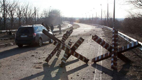 Место подрыва автомобиля в районе контрольного пункта въезда-выезда через линию соприкосновения Еленовка к северу от Донецка