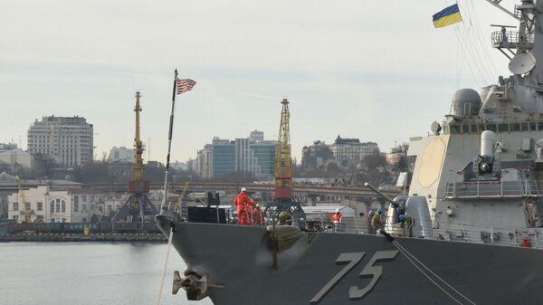 Ракетный эсминец США Дональд Кук в порту Одессы