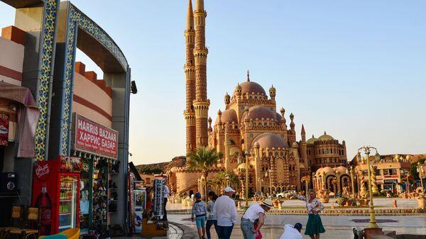 Туристы фотографируются на фоне мечети Аль-Сахаба в Шарм-эль-Шейхе