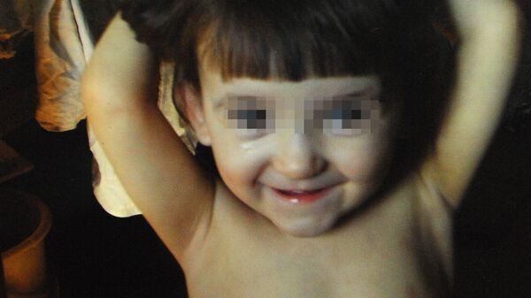 Фотография пятилетней Наташи Михайловой, которую воспитывали собаки и кошки