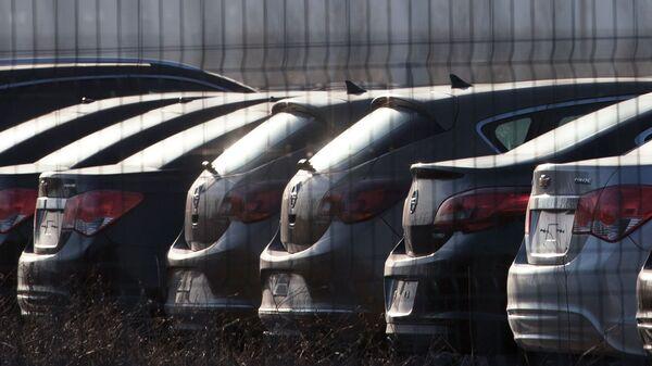 Автомобили Opel и Chevrolet на автостоянке
