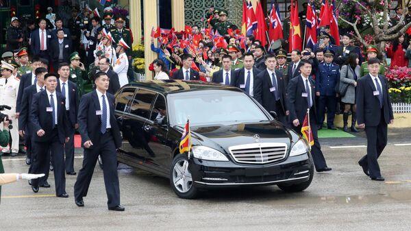 Телохранители рядом с автомобилем лидера КНДР Ким Чен Ына во Вьетнаме. 26 февраля 2019