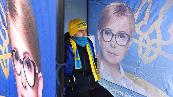 Агитационные плакаты кандидата в президенты Украины Юлии Тимошенко на одной из улиц во Львове