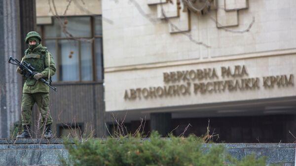 Военный у Верховного Совета Крыма в Симферополе