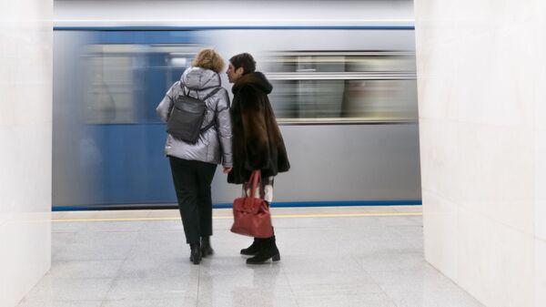 Пассажиры на станции Савеловская Большой кольцевой линии