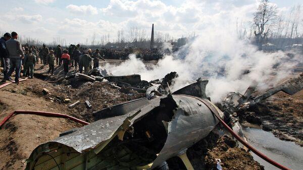 Место крушения индийского военного вертолета в Кашмире