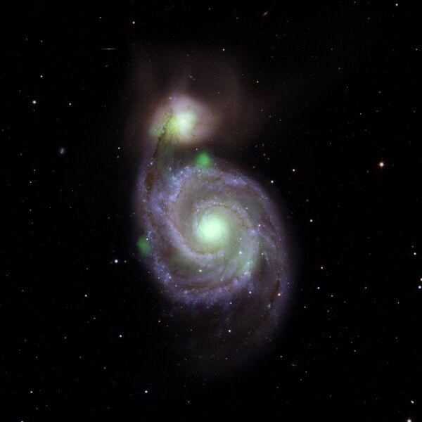 Сталкивающиеся галактики Водоворот (в центре) и M51b