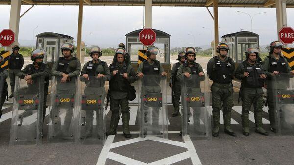 Венесуэльские гвардейцы у международного моста Тиендитас
