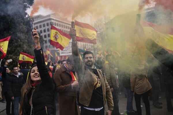 Участники митинга за единство Испании собрались на площади Колумба в Мадриде. Митинг организован Народной партией, партией Граждане и партией VOX на волне недовольства политикой диалога с правительством Каталонии
