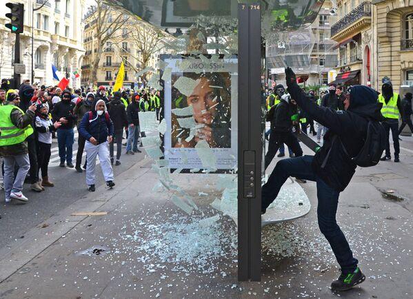 Участники акции протеста жёлтых жилетов в Париже