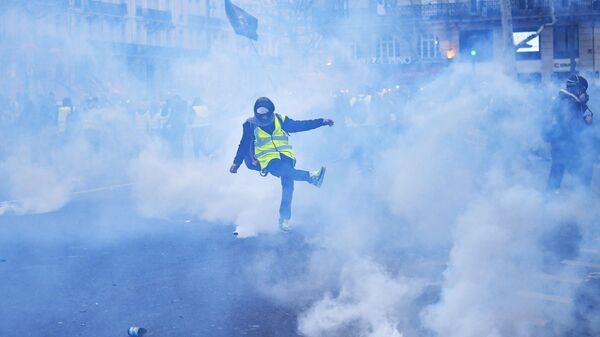 Столкновения участников с полицией во время акции протеста жёлтых жилетов в Париже