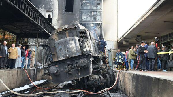 На месте столкновения тепловоза с платформой на вокзале в Каире