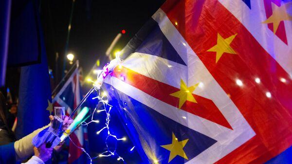 Флаги и светящиеся палочки участников акции против Brexit в Лондоне