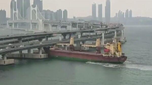 Российское грузовое судно SEAGRAND врезалось в мост в южнокорейском порту Пусан