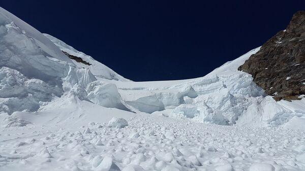 В Бурятии пять туристов попали под снежную лавину