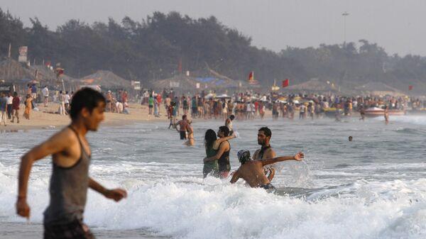 Туристы на пляже Бага в Гоа, Индия