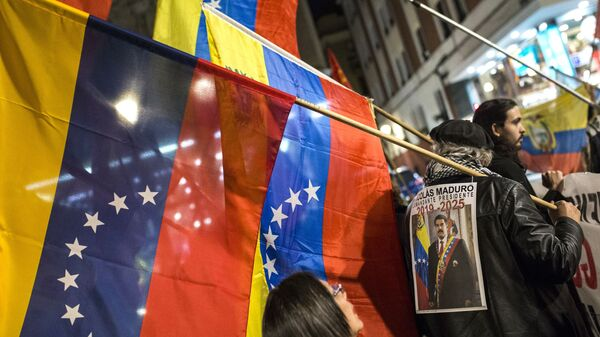 Участники акции в поддержку легитимного президента Венесуэлы Николаса Мадуро в Мадриде. 1марта 2019