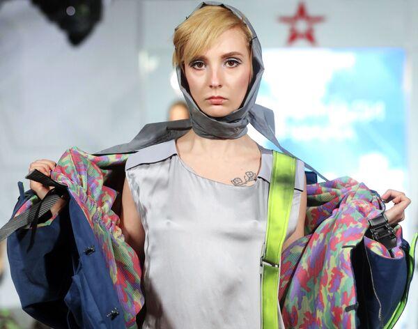 Модель демонстрирует одежду из коллекции Проспект Мира модельера Арианы Мохаммади