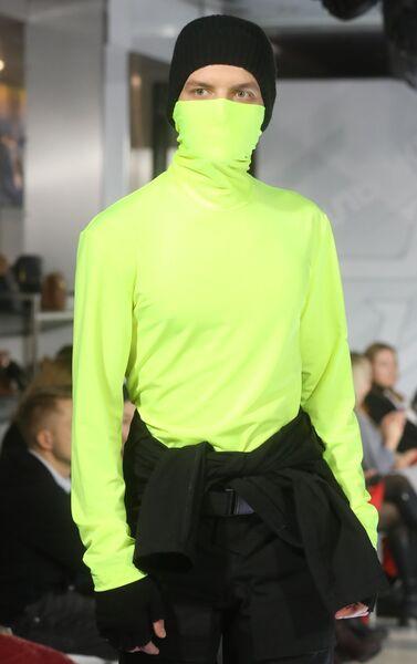 Модель демонстрирует одежду из коллекции Тени на асфальте модельера Анастасии Филипповой